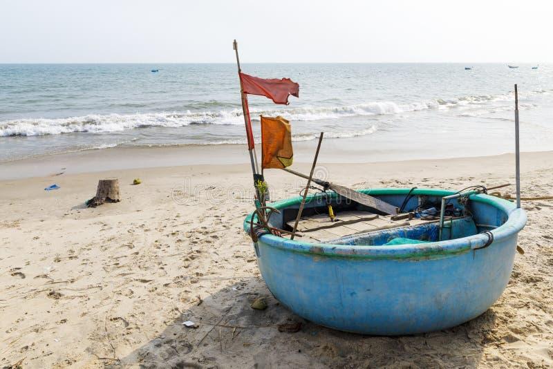 Round łódź rybacka przy seashore w Veitnam fotografia stock