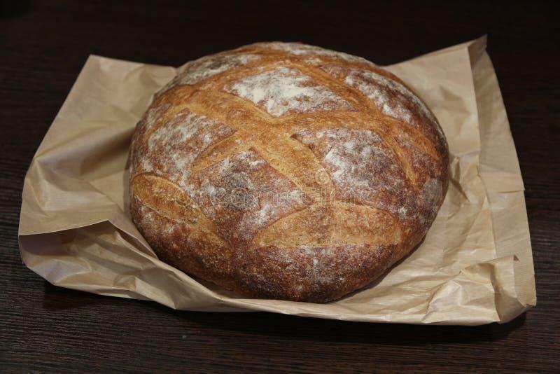Round żyto chleb na pergaminie obraz stock