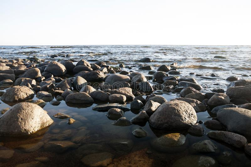 Round ampuła kamienie na plaży, jezioro obrazy stock