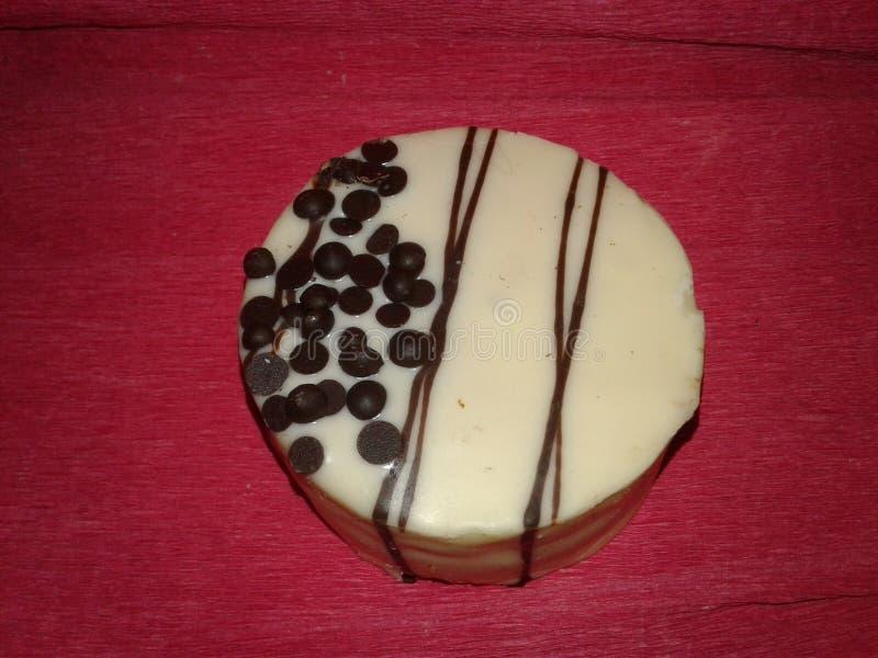 Round biały tort na różowym tle zdjęcia stock