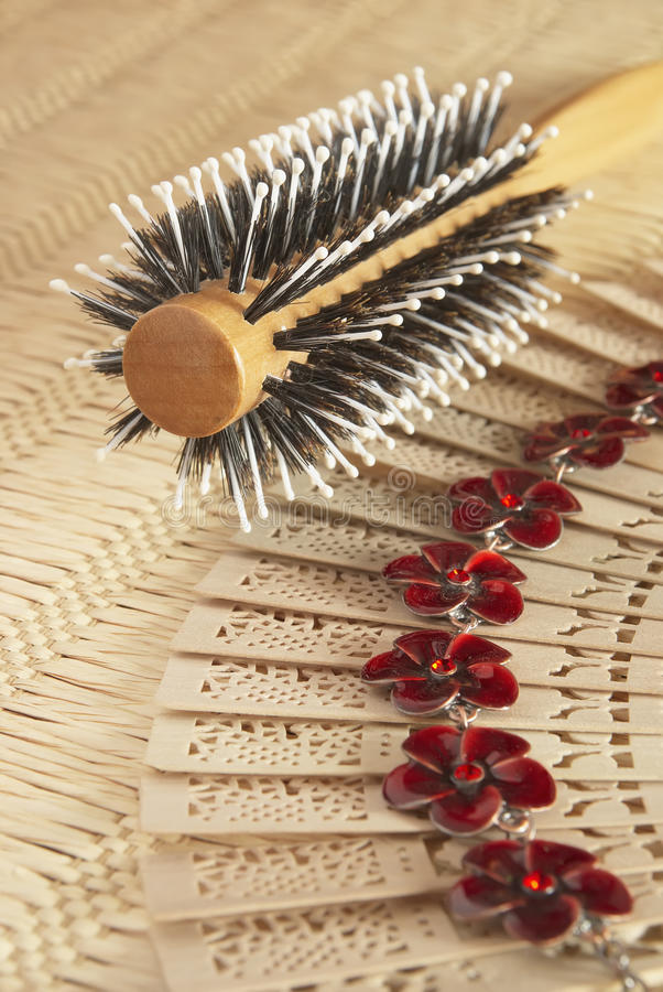 Free Round Comb For Hairs On The Wattled Serviette Royalty Free Stock Photos - 21664358