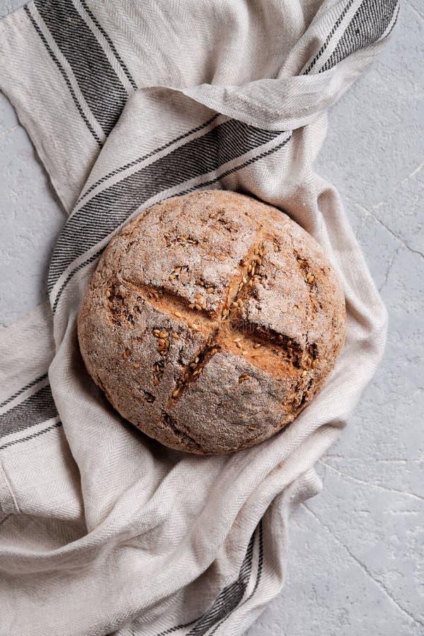 Round domowej roboty chleb z ln?w ziarnami obraz royalty free