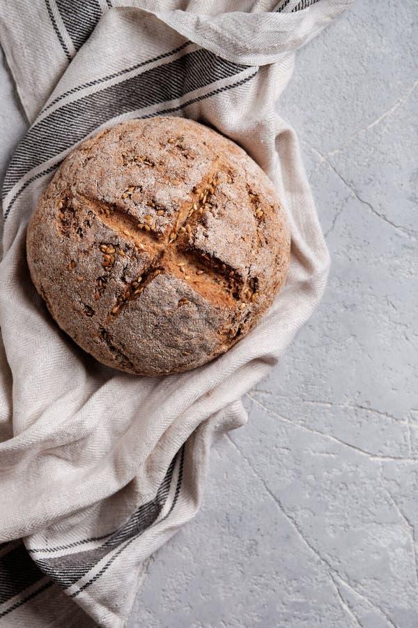 Round domowej roboty chleb z ln?w ziarnami obraz stock