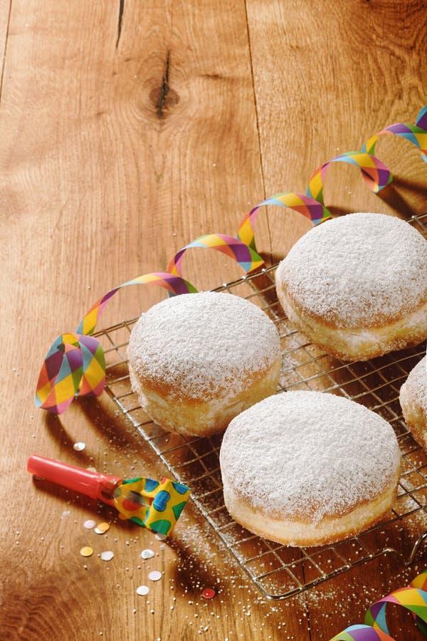 Round Donuts z Sproszkowanym cukierem na stole fotografia royalty free
