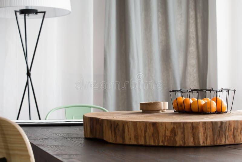 Round drewniany biurko na stole zdjęcia stock