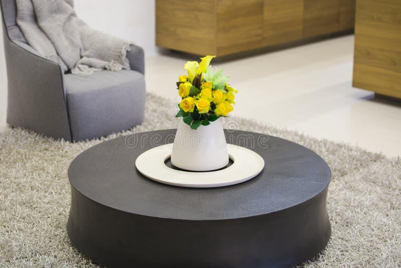 Round drewniany stolik do kawy w żywym pokoju z wazą kwiaty w centrum stół, nowożytny wnętrze żywy pokój zdjęcie royalty free