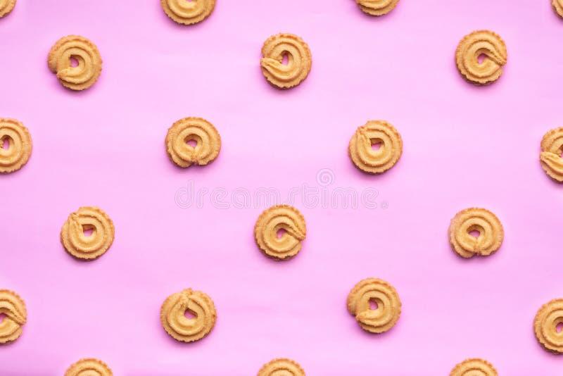 Round Duński masła ciastko odizolowywający na różowym tle Ciastka zdjęcia royalty free