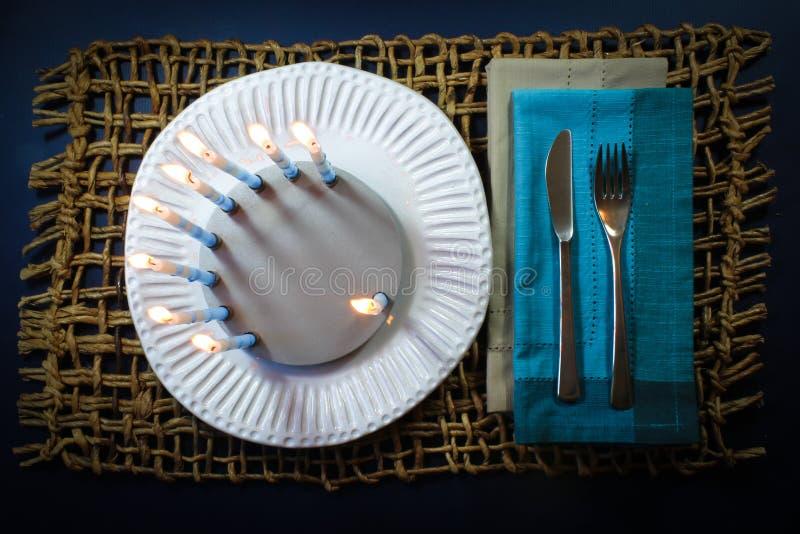 Round Hanukkah menorah na białym handmade talerzu z gwiazdy dawidowa dreidel obraz royalty free