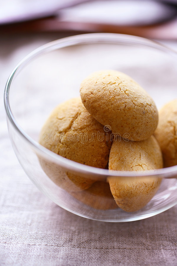 Free Round Honey Cookies In Glass Bowl Royalty Free Stock Photography - 7678187