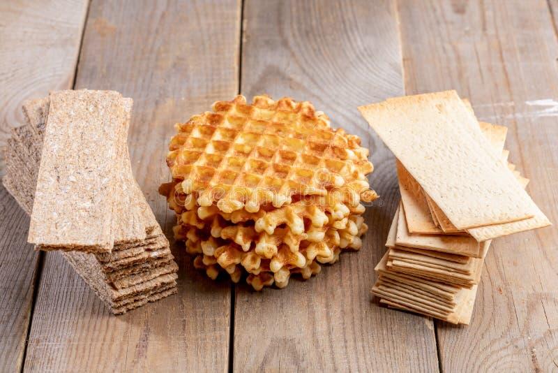 Round kalorii słodcy gofry i zdrowi zbożowi crispbreads na drewnianym stole zdjęcia royalty free