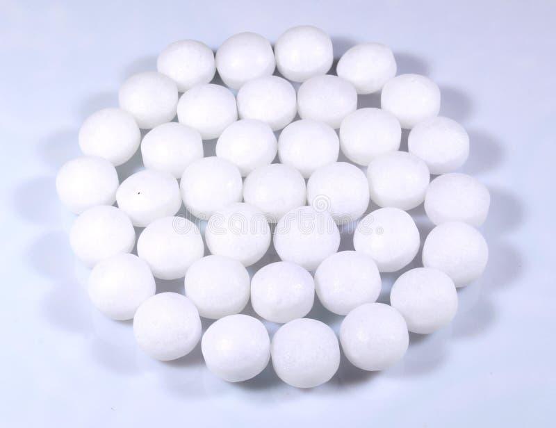 Round kształtny stos białe naftalinowe piłki fotografia stock