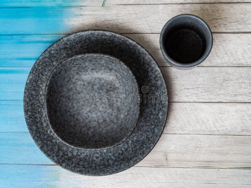 Round, kwadrat, owalny biel, błękit, siwieje talerza na menchiach, drewniany, błękitny tło, odgórny widok obrazy stock
