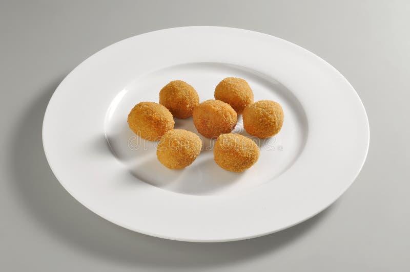 Round naczynie z smażącym breaded oliwki ascolane zdjęcie stock