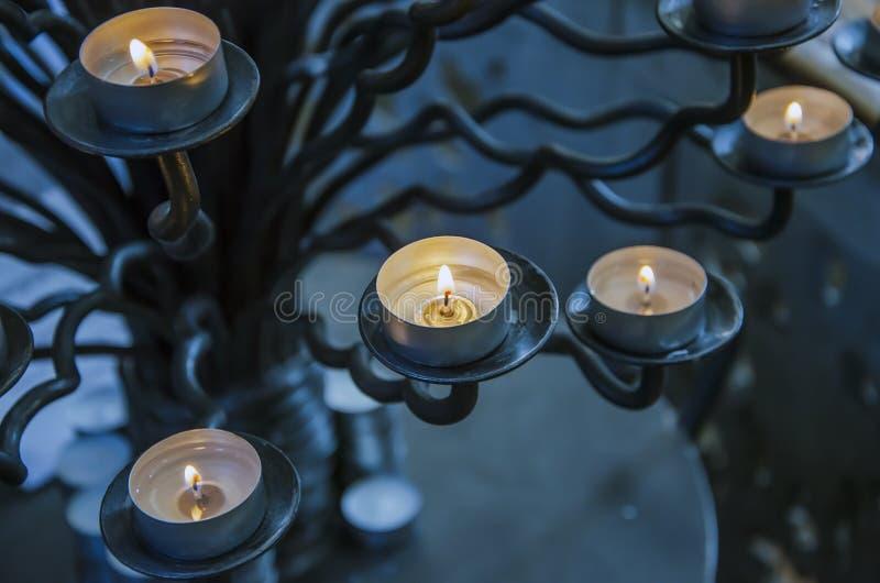 Round płonące świeczki na candlestick w wieczór w domu zdjęcia stock