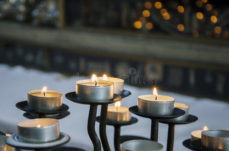 Round płonące świeczki na candlestick w wieczór w domu zdjęcia royalty free