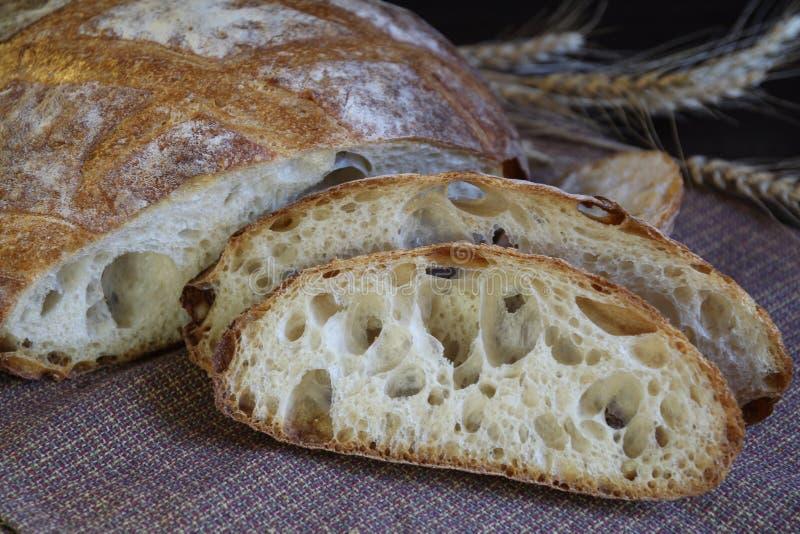 Round pokrojony żyto chleb z ucho banatka fotografia stock