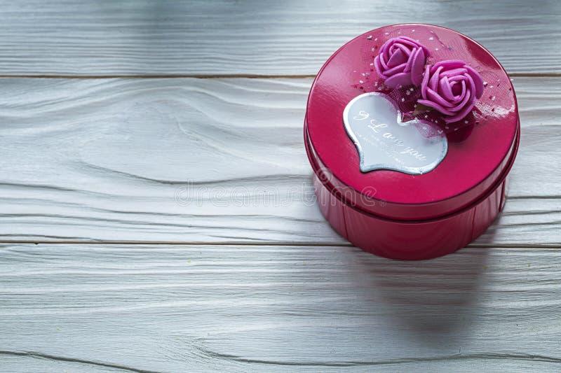 Round różowy prezenta pudełko z różami na drewnianej deski świętowaniach conc obrazy stock