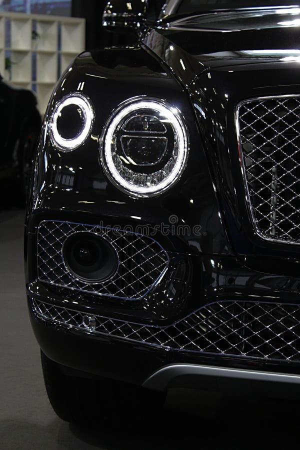 Round segmentów reflektory nowożytna luksusowa anglika SUV limuzyna obrazy royalty free