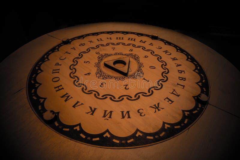 Round sprawy duchowe deska, opowiada planchette używać na seances dla komunikować z i duchami, duchami i nieboszczykiem, Rosyjscy zdjęcie royalty free