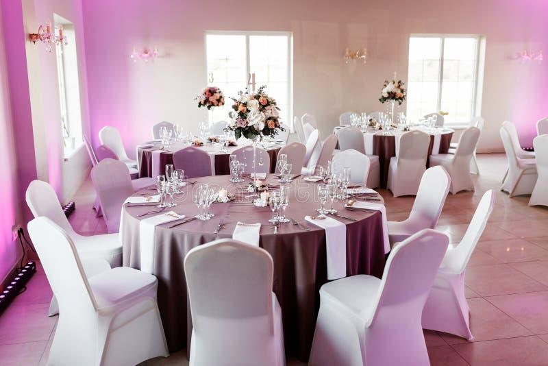 Round stół ustawia z kwiecistym centerpiece dla wesela zdjęcie royalty free