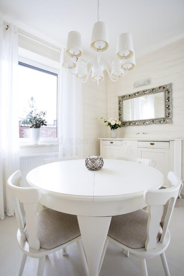 Round stół w klasycznym żywym pokoju zdjęcia stock