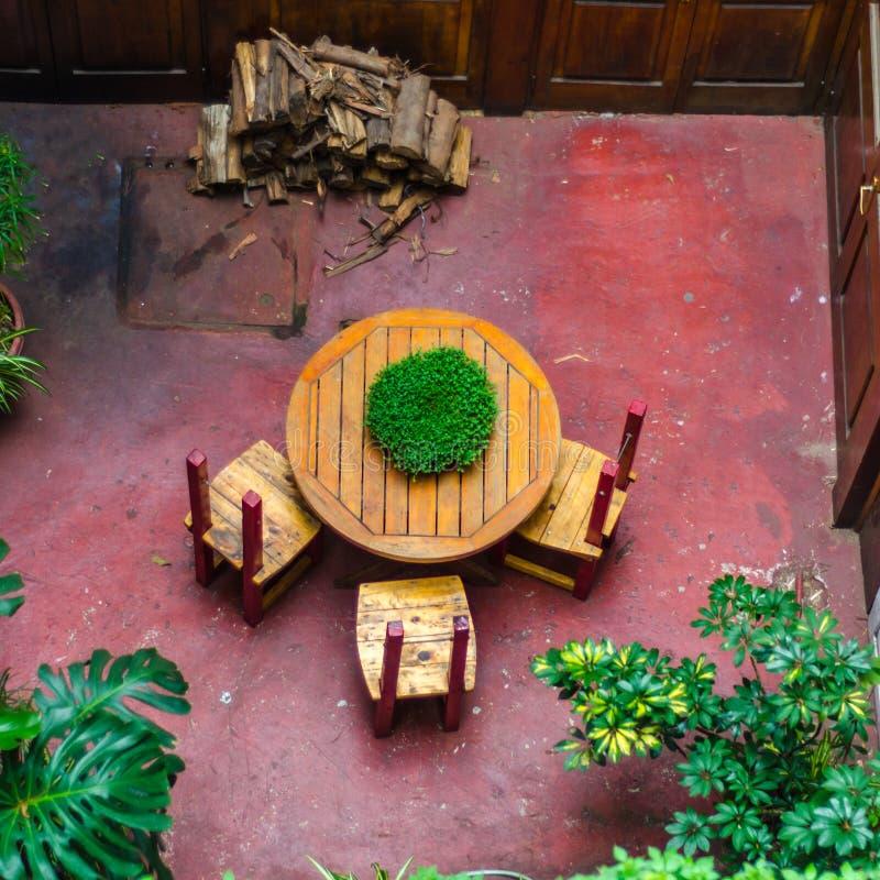 Round stół z trzy krzesłami w wewnętrznym podwórzu stary stylu portu dom zdjęcia royalty free