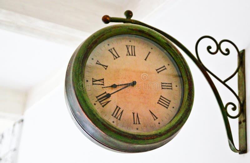 Round staromodny ścienny zegar na białym tle; rocznik ulicy stylowy zegar fotografia stock