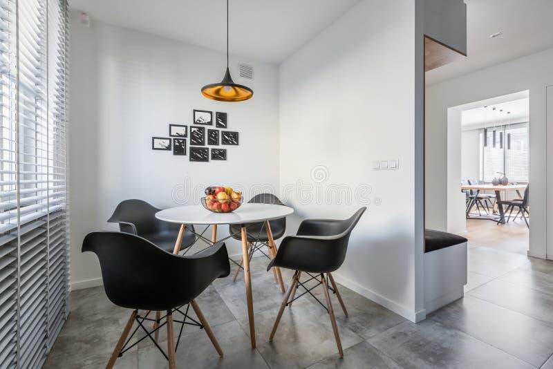 Round stołu i czerni krzesła fotografia stock