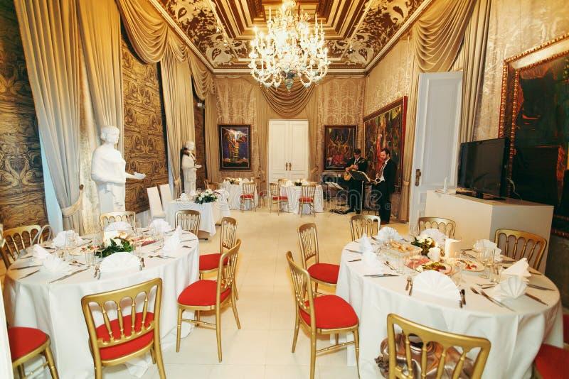 Round stoły i pomarańczowy krzesło stojak w eleganckim wiktoriański odpoczywają fotografia royalty free
