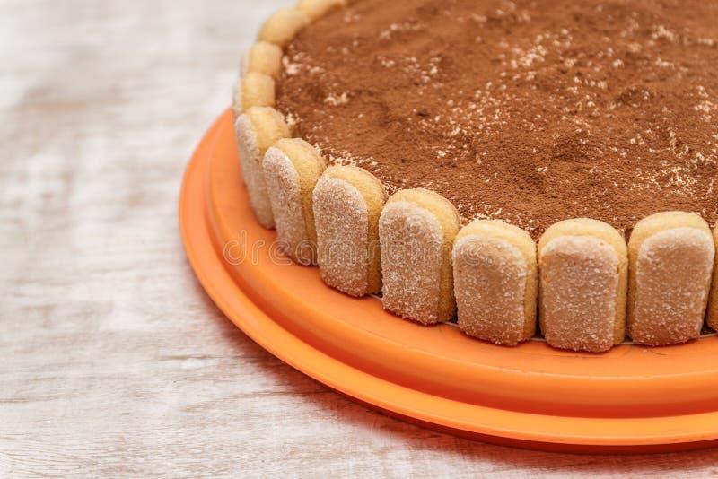 Round tiramisu tort na białym drewno stole kropi z cacao powd obraz stock