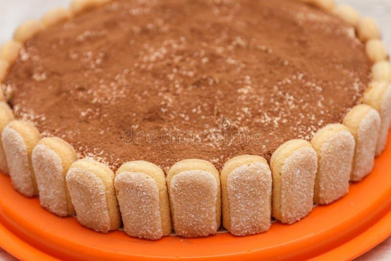 Round tiramisu tort na białym drewno stole kropi z cacao powd obrazy royalty free
