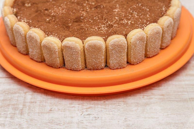 Round tiramisu tort na białym drewno stole kropi z cacao powd zdjęcia royalty free