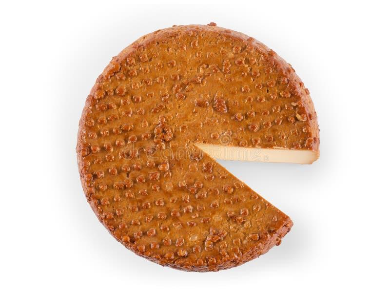 Round uwędzony ser z segmentu rżniętym odgórnym widokiem odizolowywającym z klamerką zdjęcie royalty free