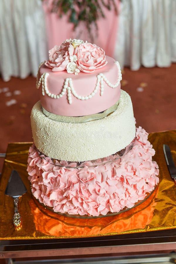 Round wielo- wielopoziomowy ślubny tort z gąbką zdjęcie stock