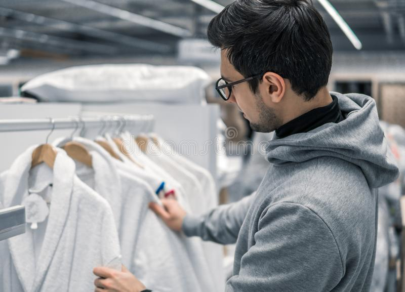 Roupão de inspeção e de compra do cliente masculino no supermercado foto de stock