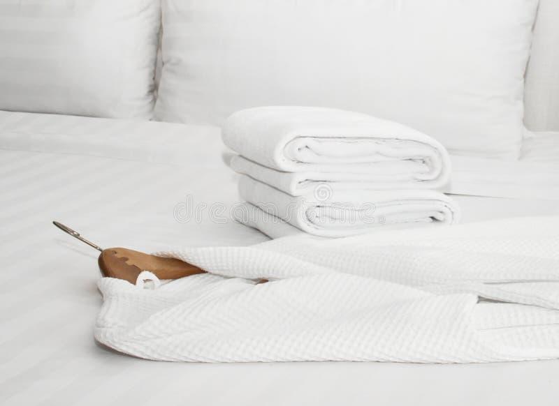 roupão na cama foto de stock royalty free