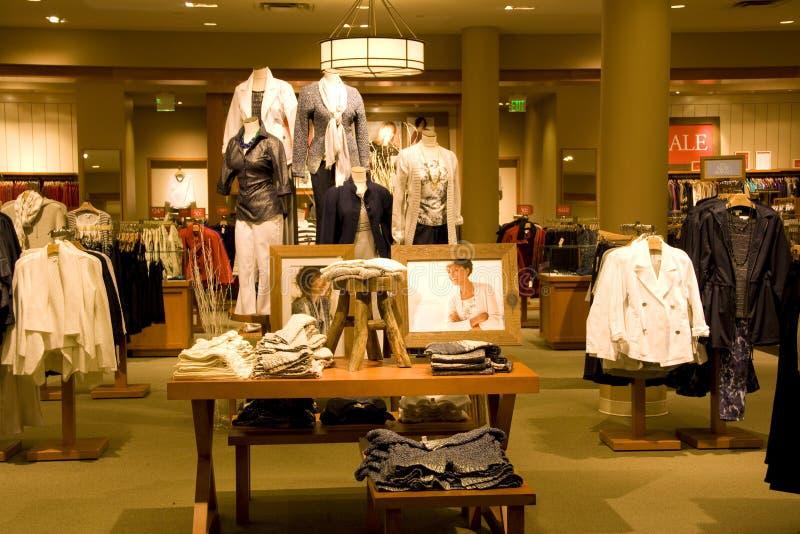 Roupa à moda da mulher na loja imagem de stock