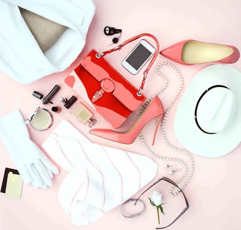 A roupa branca do acessório de forma do ` s das mulheres e os saltos altos vermelhos são l imagens de stock royalty free