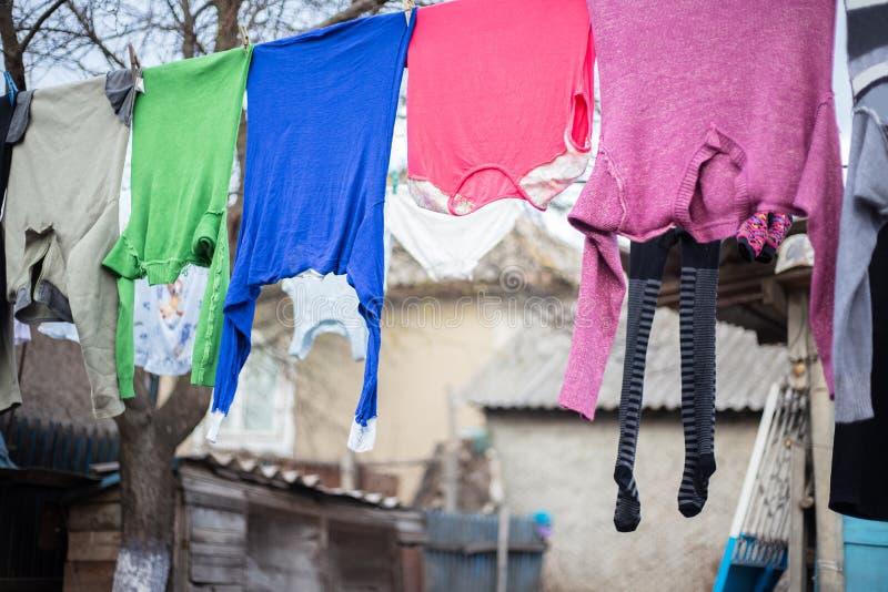 Roupa colorida que seca na jarda da vila foto de stock royalty free