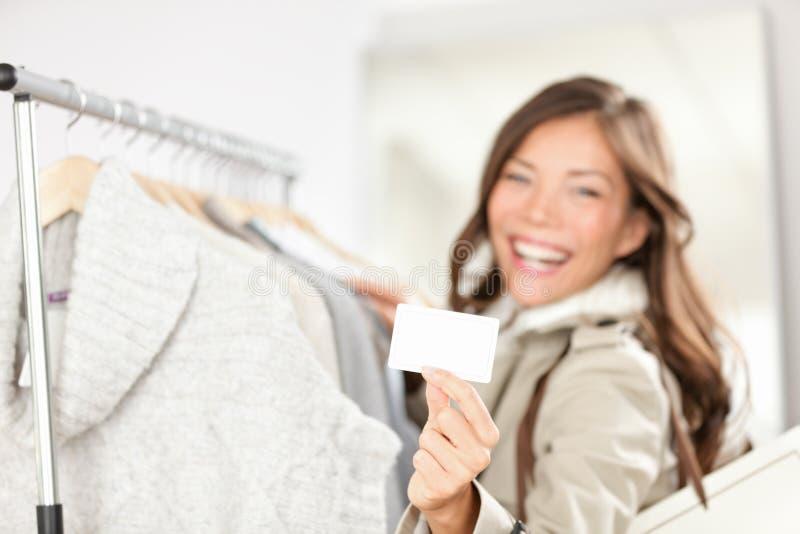 Roupa da compra da mulher do cartão de presente fotos de stock royalty free
