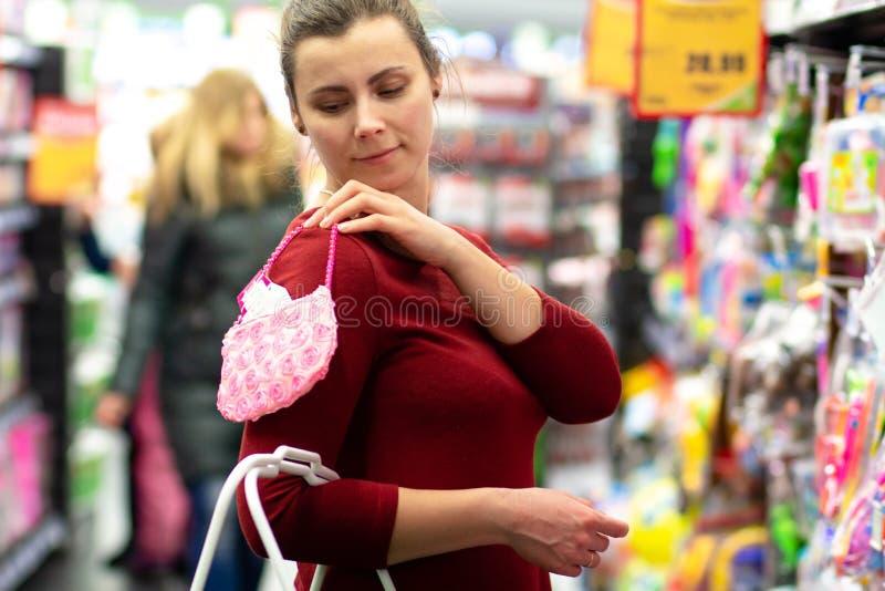 Roupa da compra da mãe para o bebê imagens de stock
