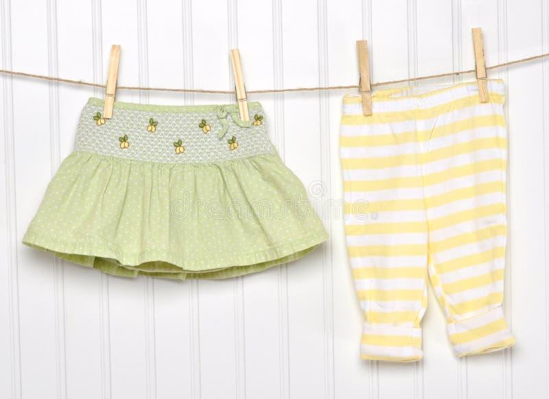 Roupa da criança do bebê em um Clothesline. imagem de stock royalty free