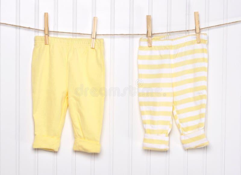 Roupa da criança do bebê em um Clothesline. fotos de stock