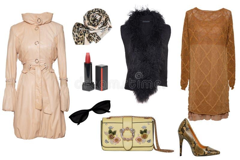 Roupa da mulher da colagem Ajuste dos vestidos na moda à moda e luxuosos das mulheres, do revestimento e dos acessórios em um fun foto de stock