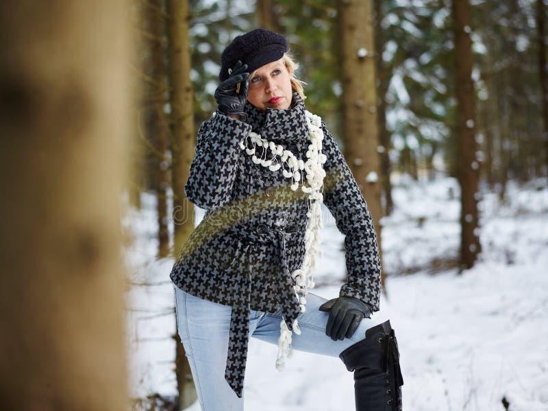 Roupa da mulher elegante e do inverno - cena rural foto de stock
