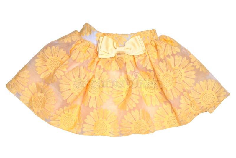 Roupa das meninas Saia curto do verão da menina amarela bonita festiva com teste padrão floral e uma curva dourada da fita isolad ilustração royalty free