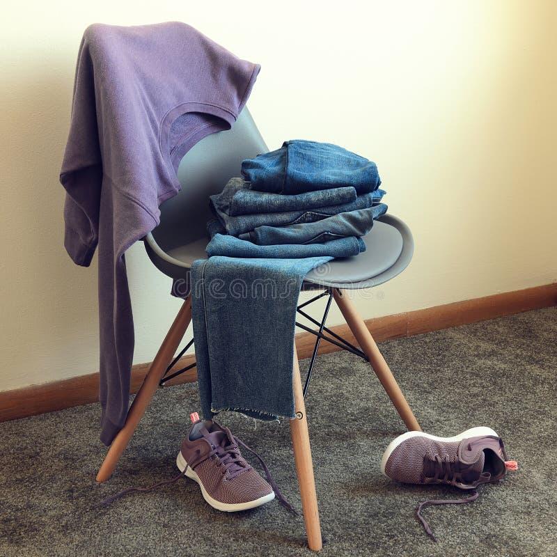 A roupa das mulheres, camiseta violeta dos calçados, calças de brim, sapatilhas foto de stock