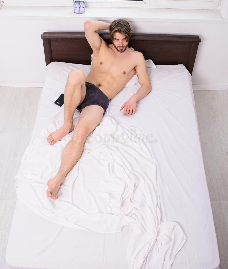 Roupa de cama confortável para ter o quarto de relaxamento do torso 'sexy' macho do resto Cuecas 'sexy' machos do indivíduo que r imagens de stock royalty free