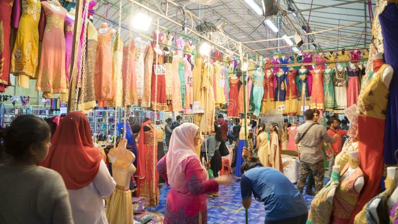 Roupa de compra aglomerada do sari do visitante fotografia de stock