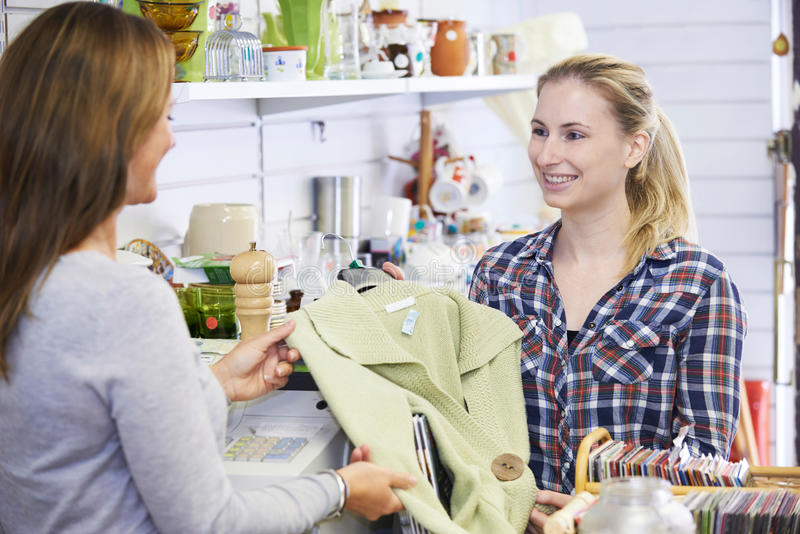 Roupa de compra do cliente na loja da caridade fotos de stock